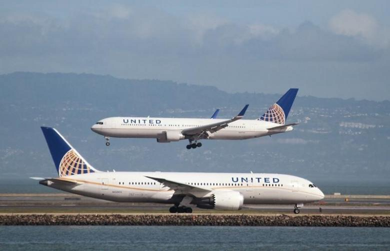 A United Airlines 787 taxis as a United Airlines 767 lands at San Francisco International Airport, San Francisco