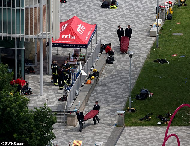 416AC0A500000578-4606432-Undertakers_remove_bodies_from_Grenfell_Tower_today_but_the_reco-a-67_1497520439783.jpg